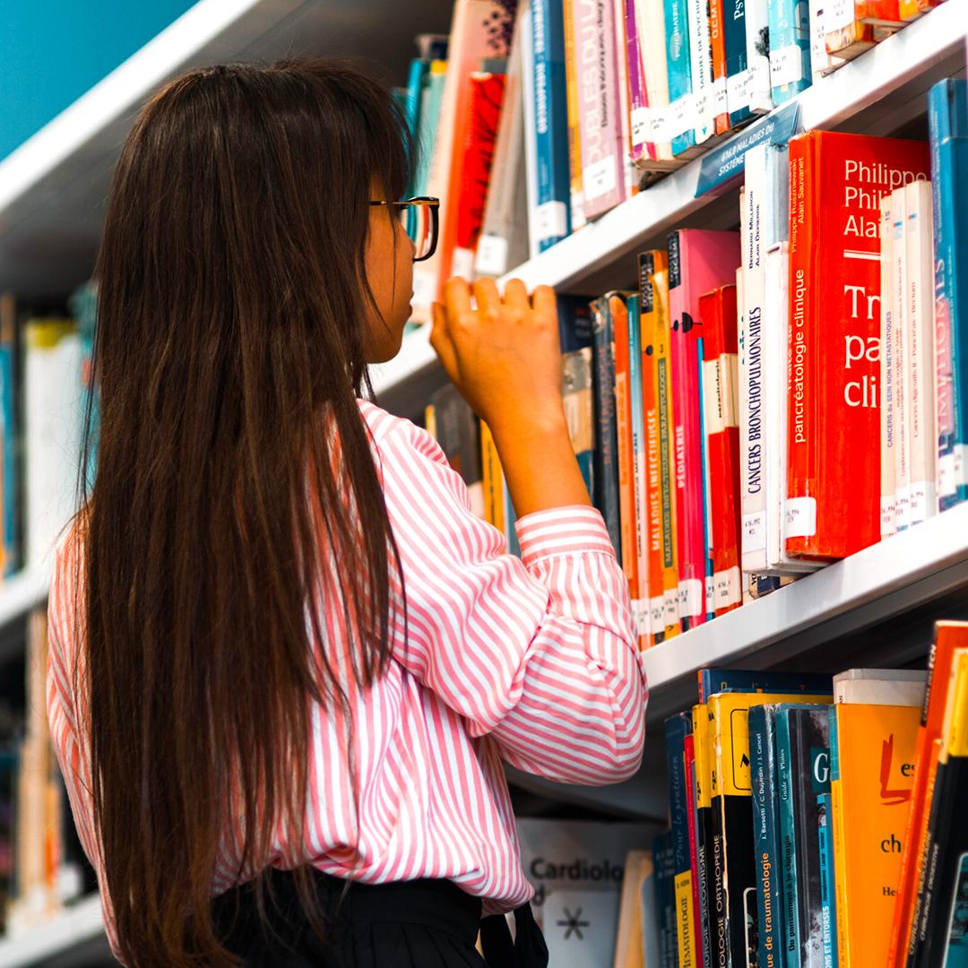 Spune-mi-cum-îți-aranjezi-cărțile-în-bibliotecă-ca-să-ți-spun-ce-persoană-ești