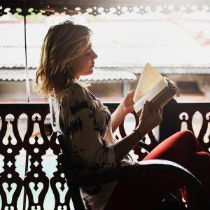 Top-10-cărți-pe-care-le-poți-citi-pe-balcon